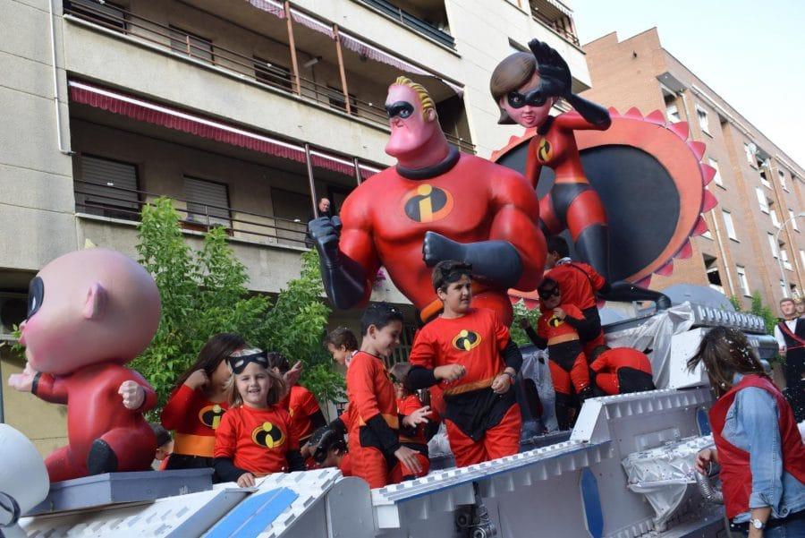 Fantasía y colorido en el desfile de carrozas de Haro 19