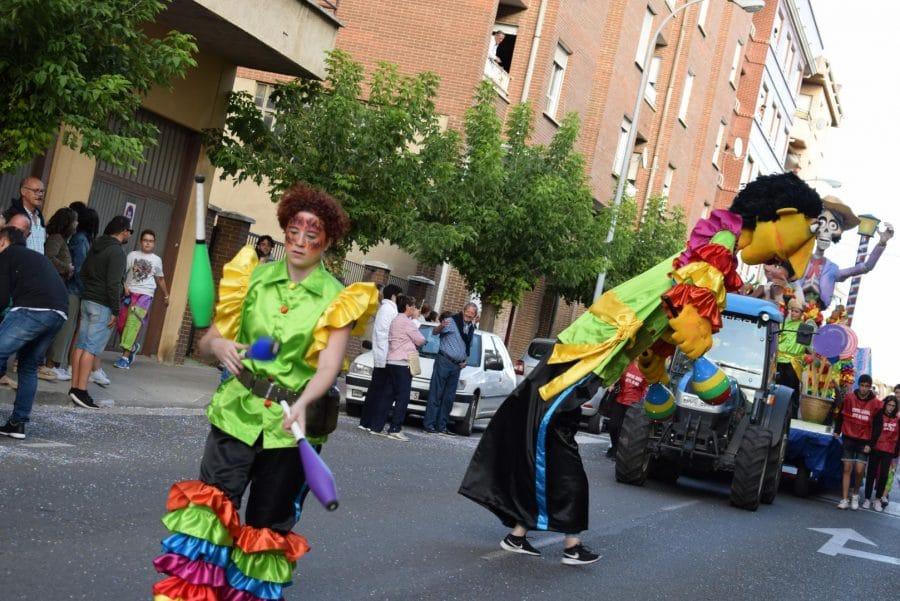 Fantasía y colorido en el desfile de carrozas de Haro 22