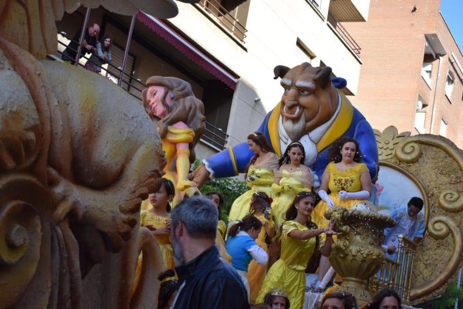Fantasía y colorido en el desfile de carrozas de Haro 26