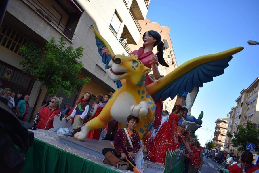 Fantasía y colorido en el desfile de carrozas de Haro 27