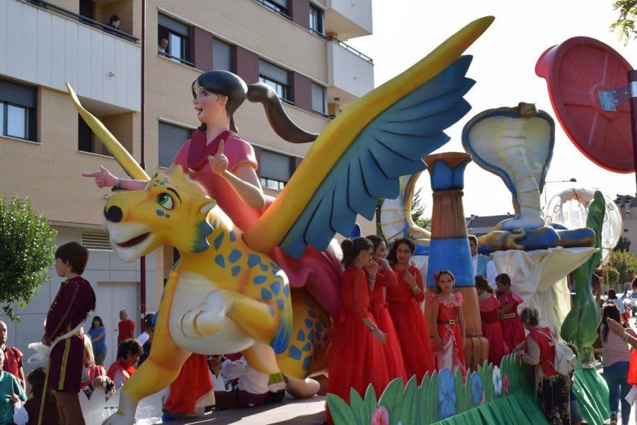 Fantasía y colorido en el desfile de carrozas de Haro 5