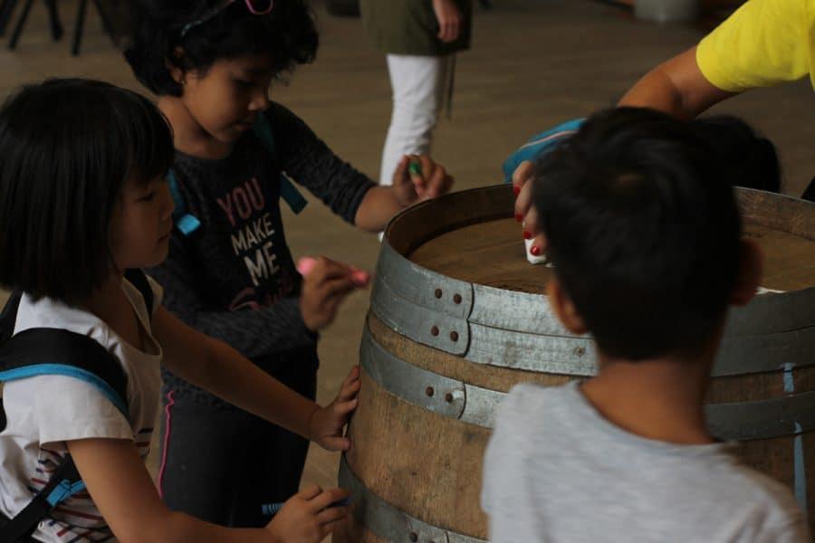Un centenar de escolares disfrutan del comienzo de la vendimia en Viña Real 1