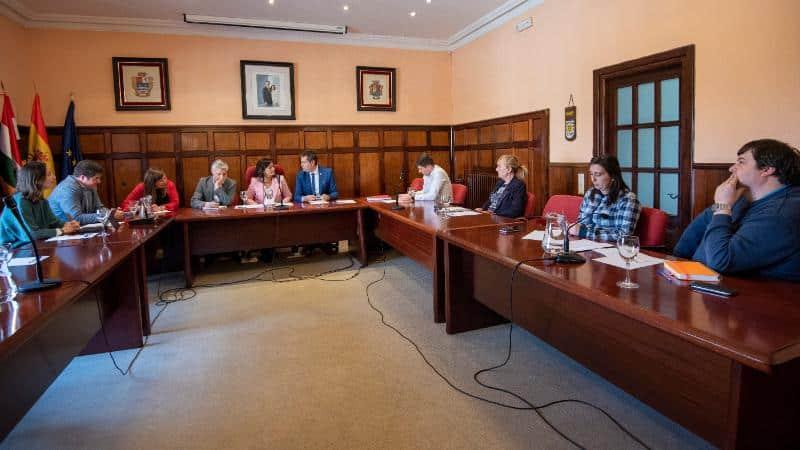 La ampliación del colegio, la renovación del suministro de agua y la electrificación del polígono industrial, peticiones de Santo Domingo 1
