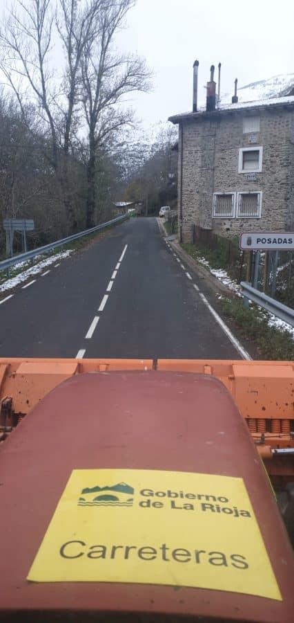 Cinco equipos del Gobierno riojano limpian de nieve y hielo las carreteras de la región 1
