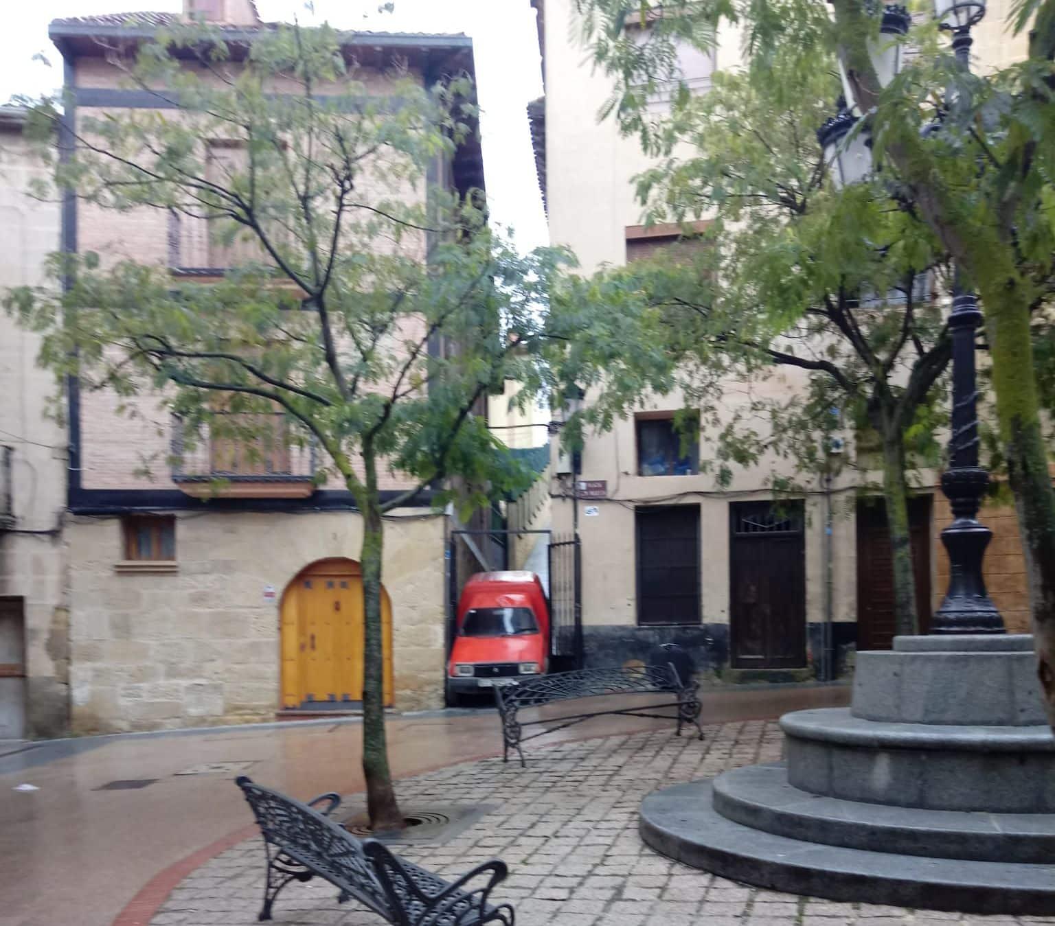 Una furgoneta acaba encajonada entre dos edificios de la plaza San Martín de Haro - Haro Digital