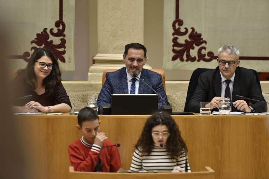 El Parlamento de La Rioja recuerda los derechos de la infancia 1