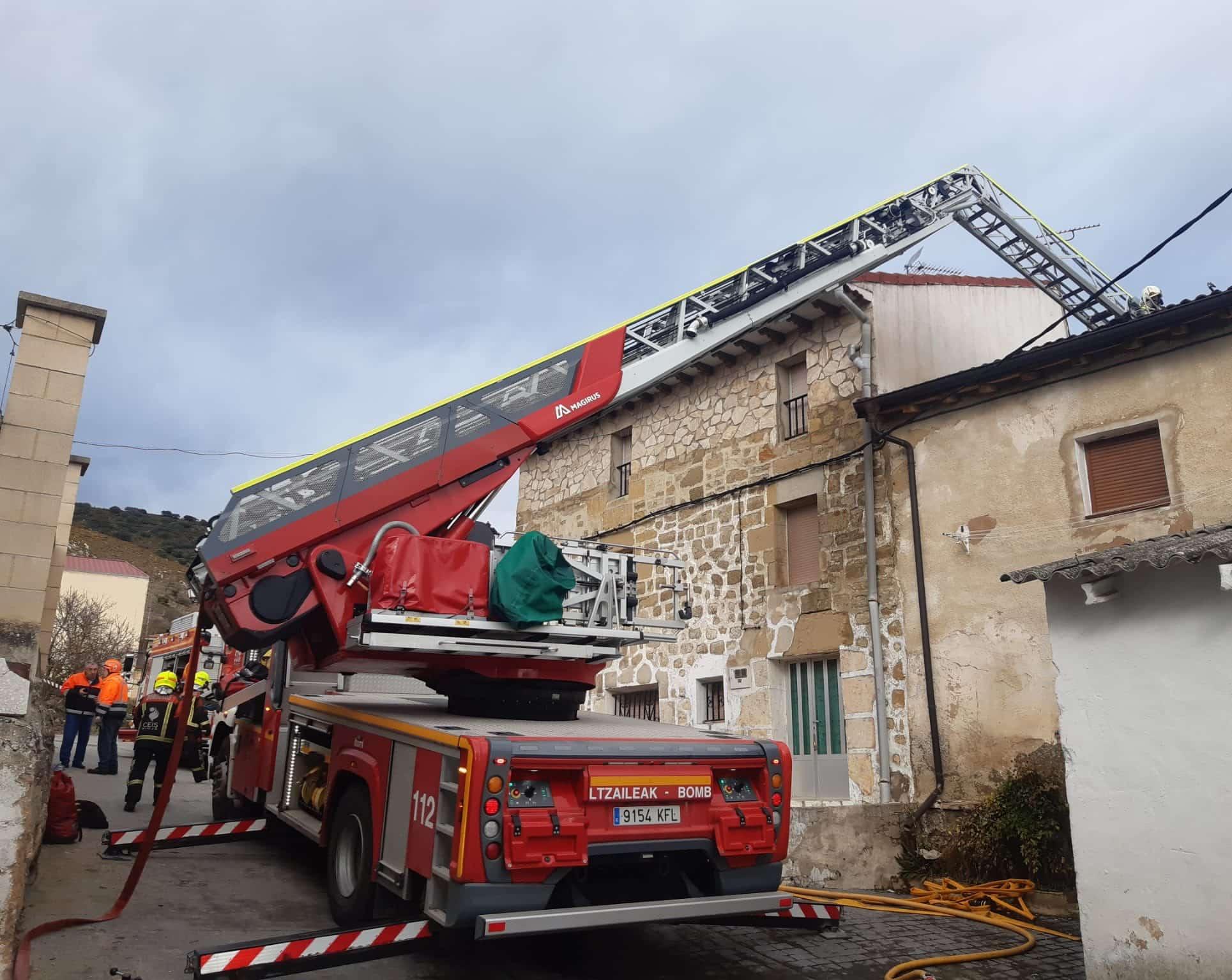 Un incendio afecta a ocho viviendas en Foncea 1