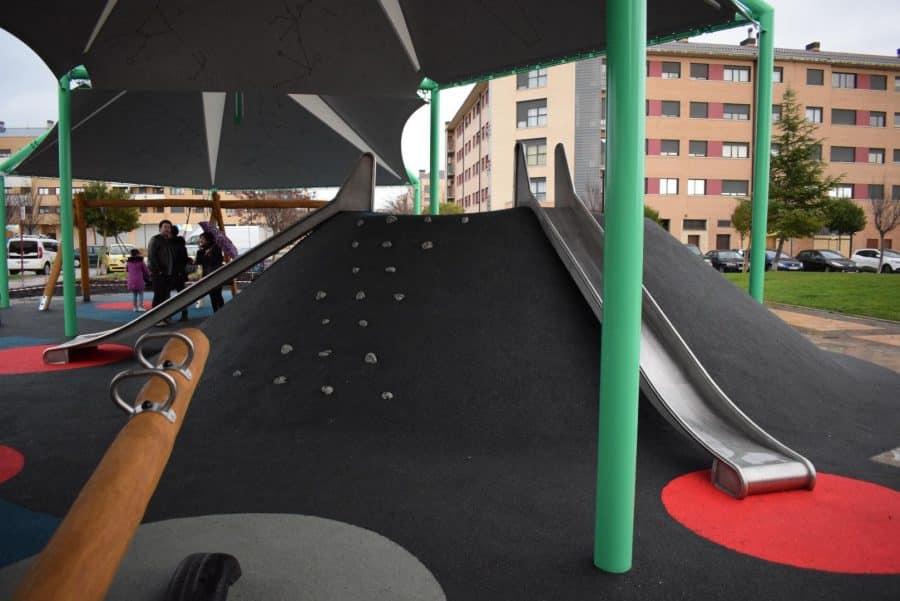 El Mazo ya disfruta de su nuevo parque infantil cubierto 4