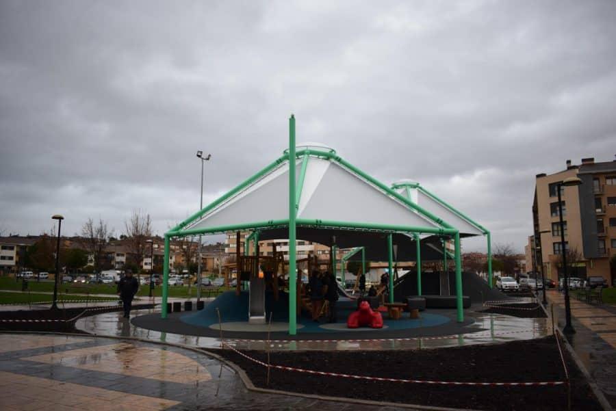 El Mazo ya disfruta de su nuevo parque infantil cubierto 11