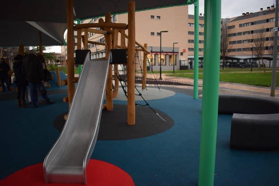 El Mazo ya disfruta de su nuevo parque infantil cubierto 6