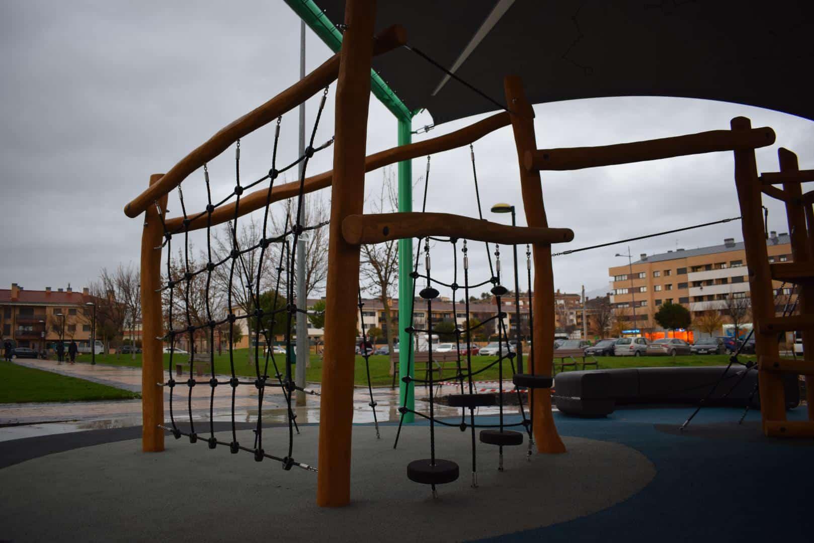 El Mazo ya disfruta de su nuevo parque infantil cubierto 3