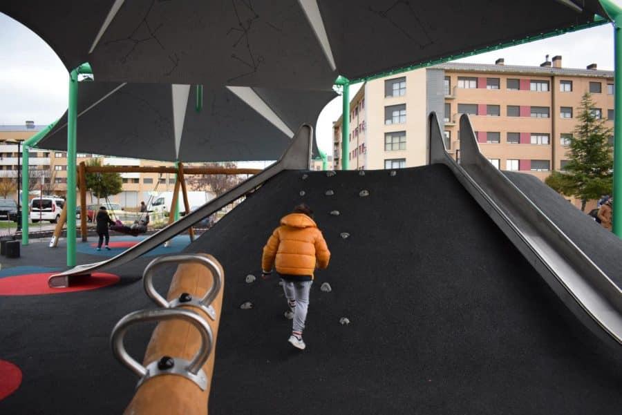 El Mazo ya disfruta de su nuevo parque infantil cubierto 10