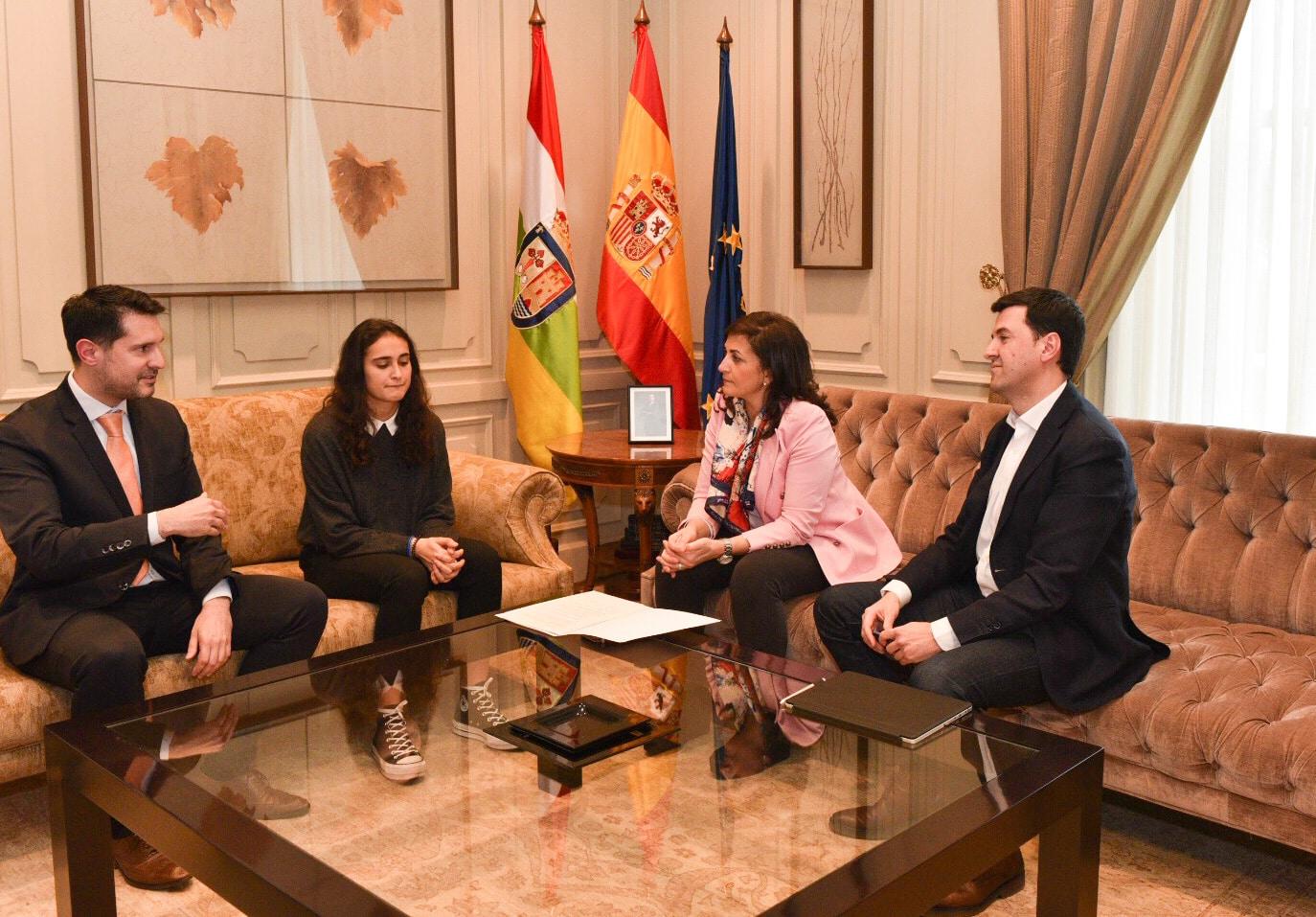 Andreu recibe a la atleta Ghaita El Jarraz en el Palacio de Gobierno 1