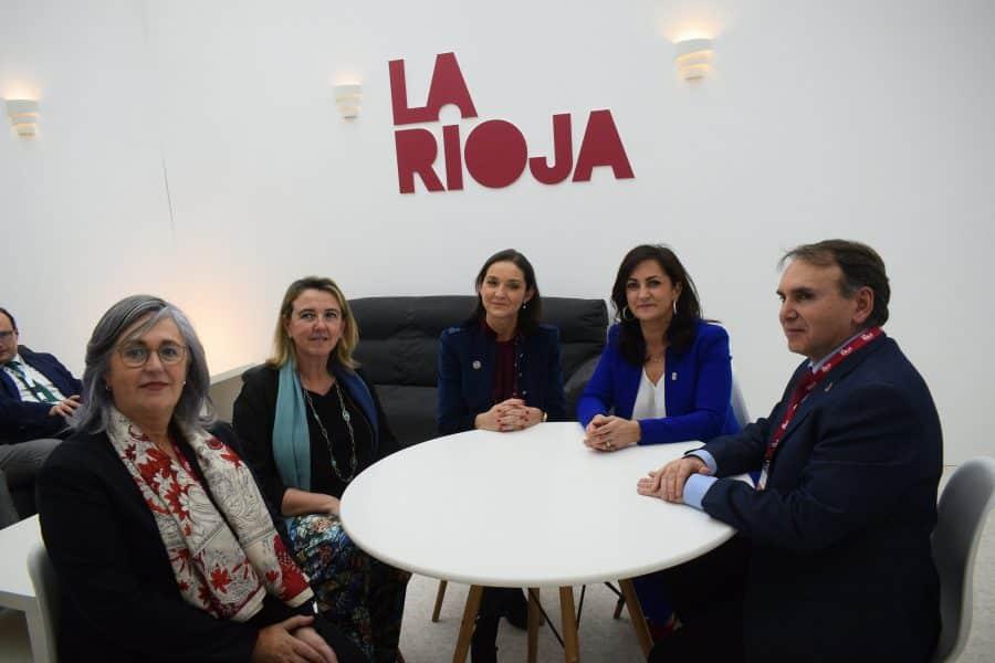 La ministra Reyes Maroto visita el estand de La Rioja en Fitur 2