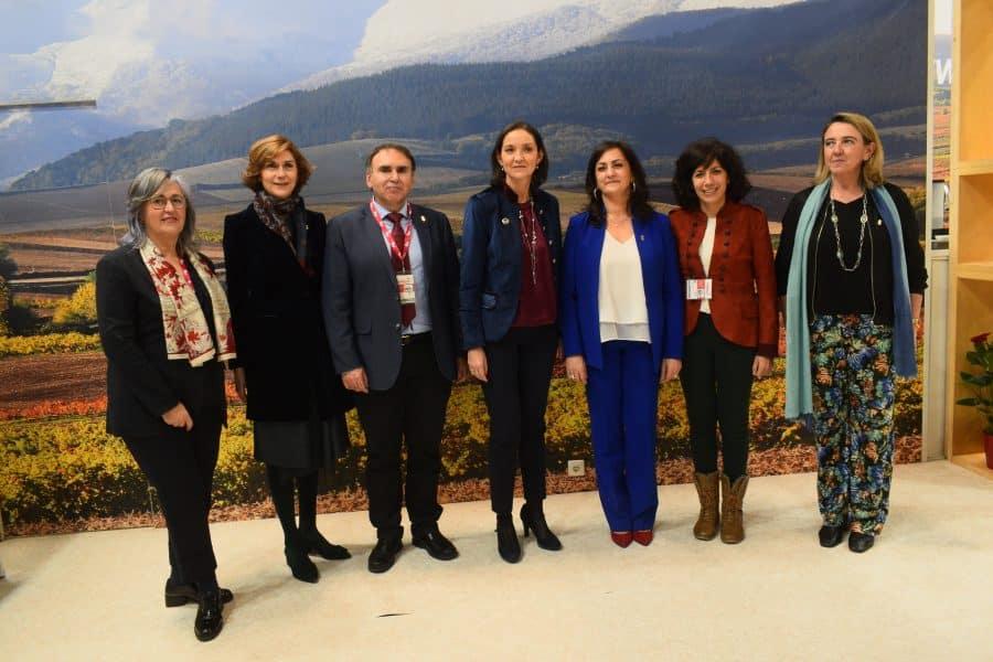 La ministra Reyes Maroto visita el estand de La Rioja en Fitur 1