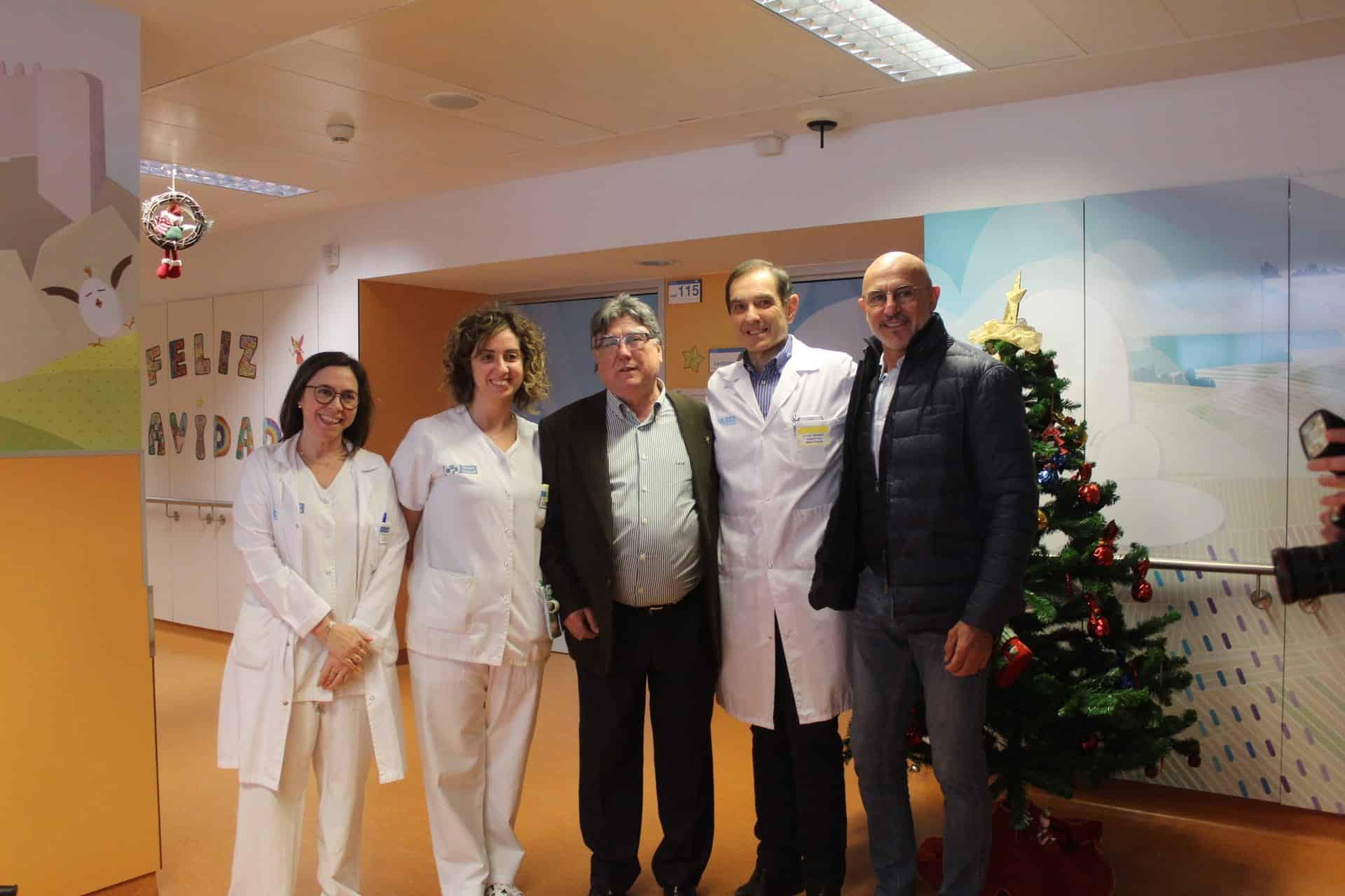 Luis de la Fuente visita a los niños ingresados en Pediatría del San Pedro 1