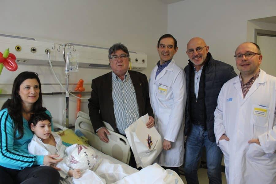 Luis de la Fuente visita a los niños ingresados en Pediatría del San Pedro 2