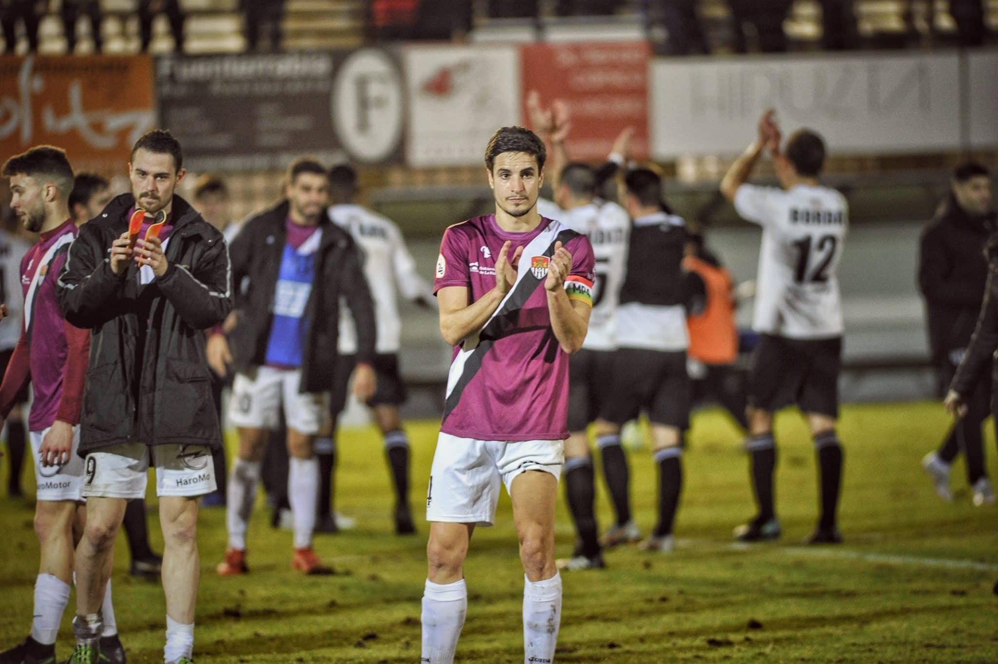 Los jugadores del Haro agradecieron a sus aficionados el apoyo en Irún | Foto: Donézar Fotógrafos