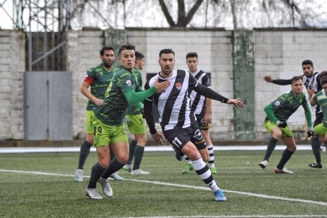 Manjón intenta ganar la posición con un jugador del Guijuelo | Foto: Donézar Fotógrafos