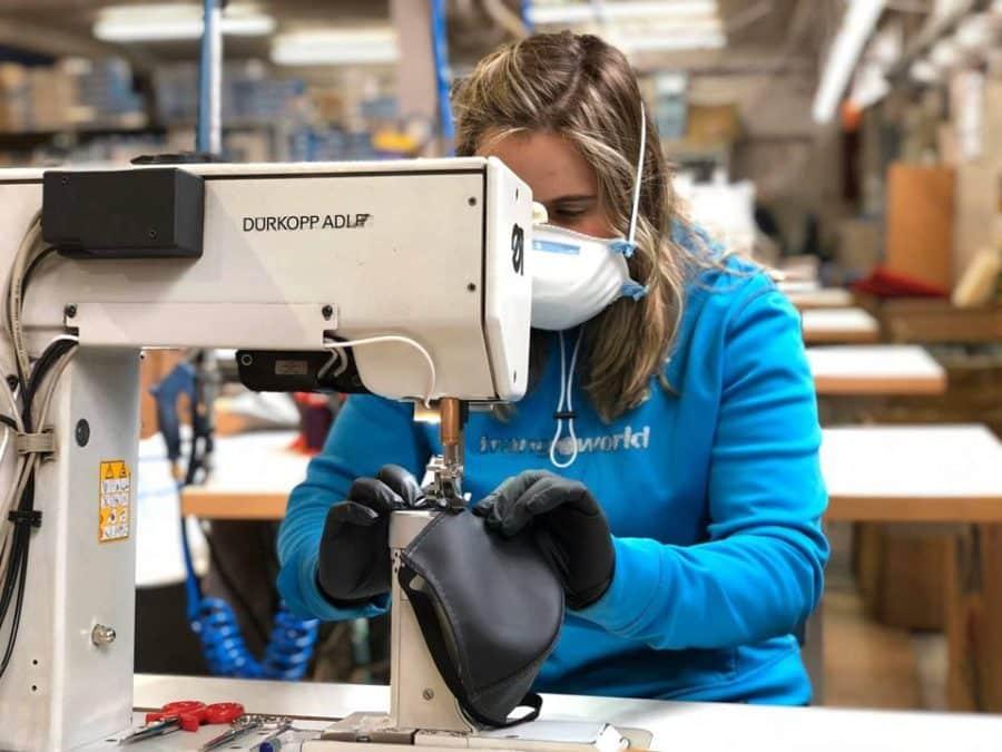Carrera 'armamentista' contra COVID-19: Ezcaray comienza a fabricar delantales sanitarios 1