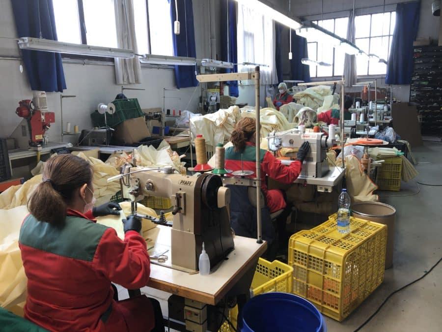Andreu visita varias fábricas de Arnedo que han producido 120.000 batas de polipropileno para los sanitarios 4