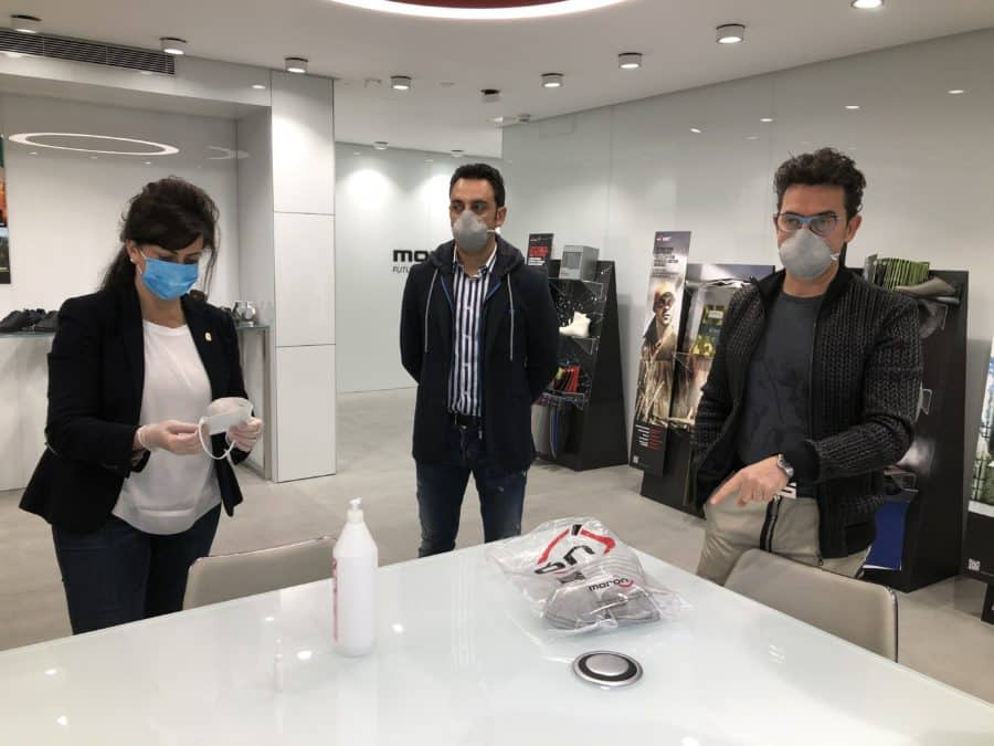 Andreu visita varias fábricas de Arnedo que han producido 120.000 batas de polipropileno para los sanitarios 3
