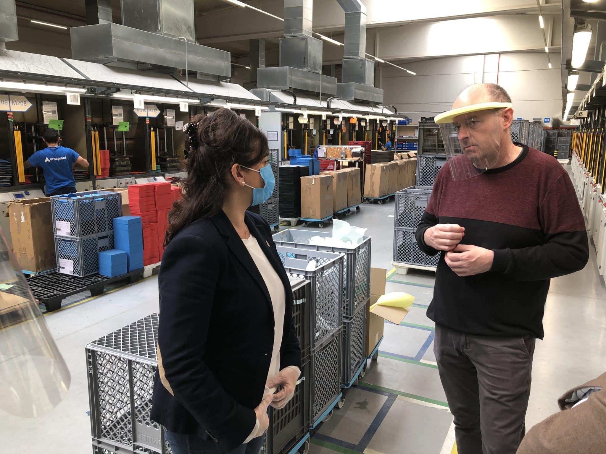 Andreu visita varias fábricas de Arnedo que han producido 120.000 batas de polipropileno para los sanitarios 1