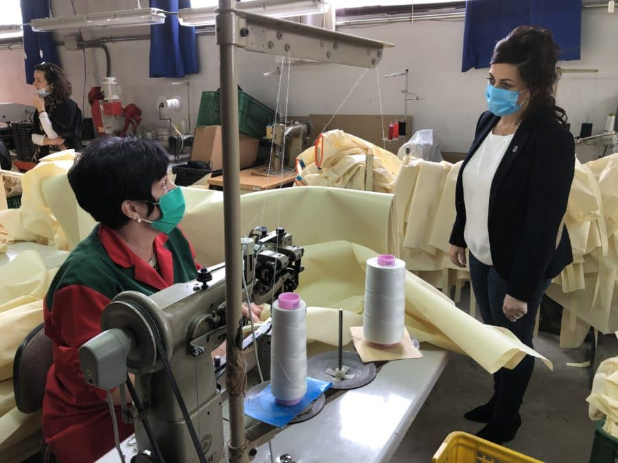 Andreu visita varias fábricas de Arnedo que han producido 120.000 batas de polipropileno para los sanitarios 5