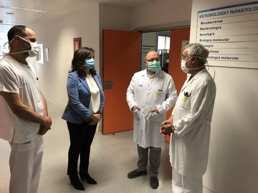 Andreu visita el laboratorio de microbiología del San Pedro 3