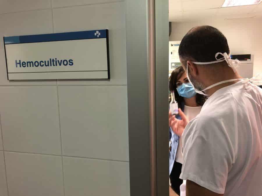 Andreu visita el laboratorio de microbiología del San Pedro 2