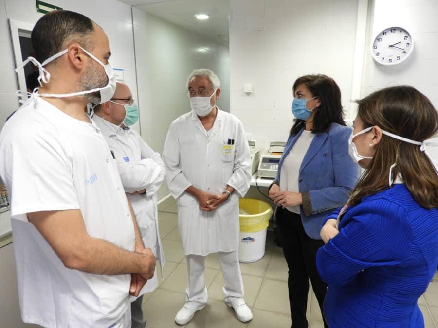 Andreu visita el laboratorio de microbiología del San Pedro 1