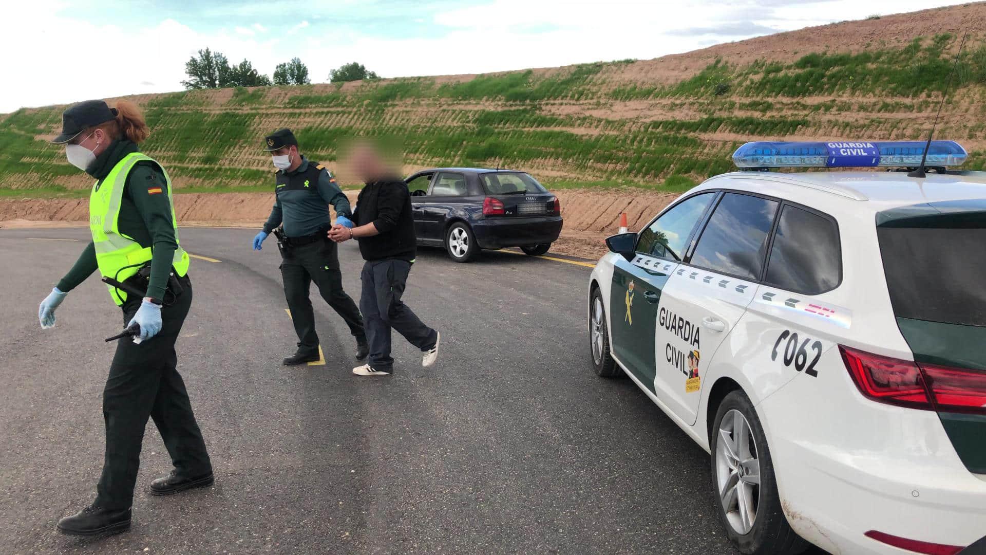Se salta el confinamiento, elude un control de la Guardia Civil e intenta deshacerse de la droga que llevaba encima 2