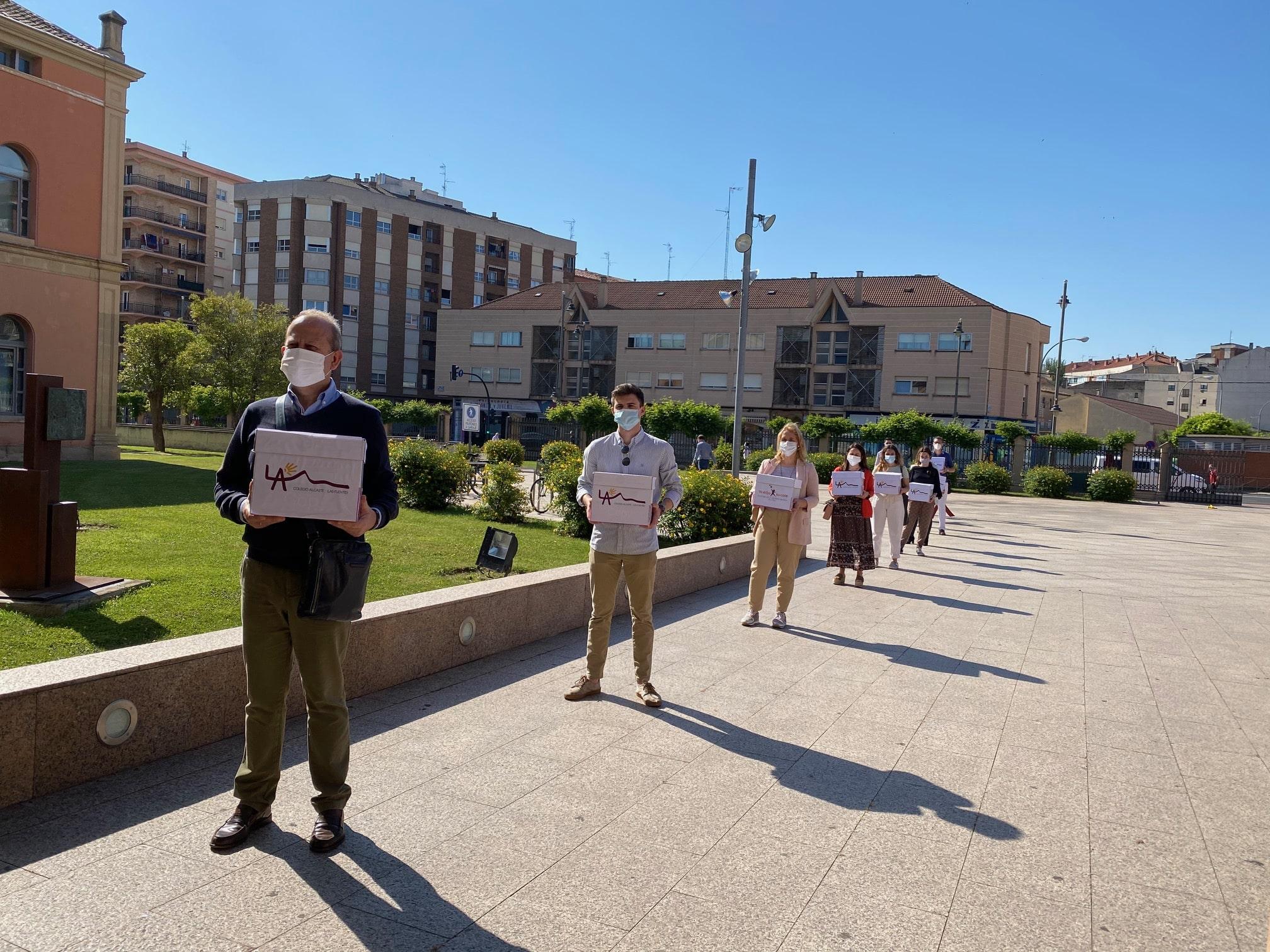 Familias del colegio Alcaste entregan cerca de 3.000 cartas al consejero de Educación rechazando sus medidas 1