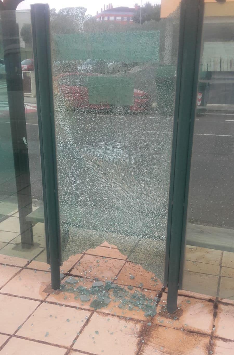 El Ayuntamiento de Haro denuncia actos vandálicos contra seis marquesinas del autobús urbano 1