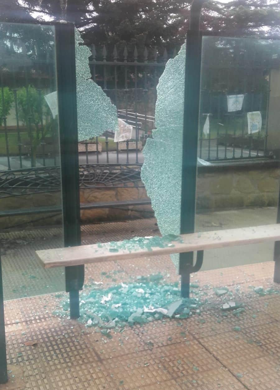 El Ayuntamiento de Haro denuncia actos vandálicos contra seis marquesinas del autobús urbano 2