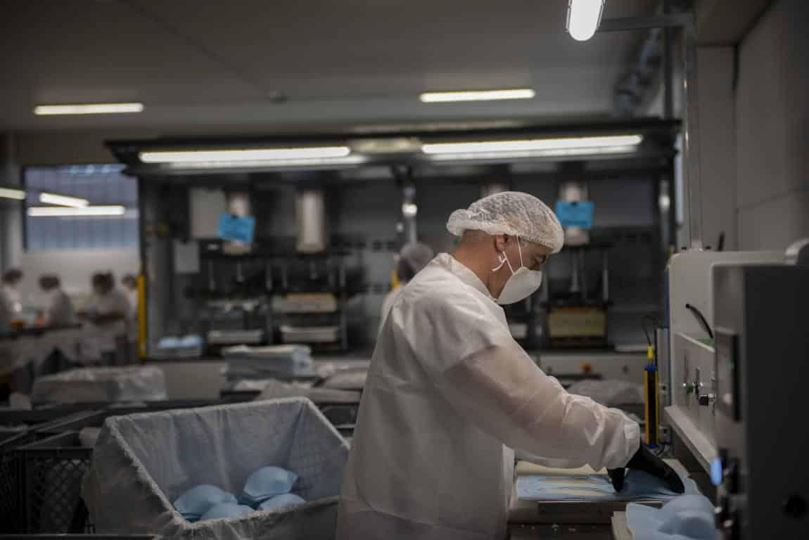 Andreu visita la planta de Arneplant de Arnedo: 160.000 mascarillas al día 5