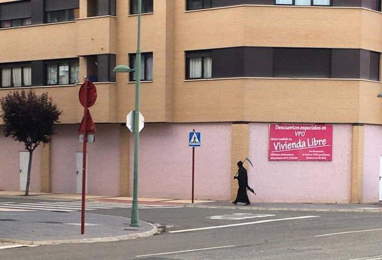 VÍDEO: La 'parca' se pasea por las calles de Haro para hacer cumplir las normas de distanciamiento social 2