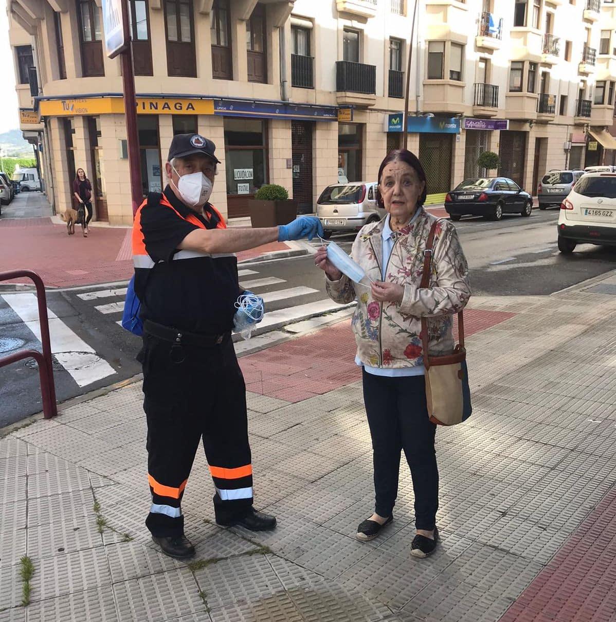 Protección Civil participa en el reparto de mascarillas en Haro y Nájera 1