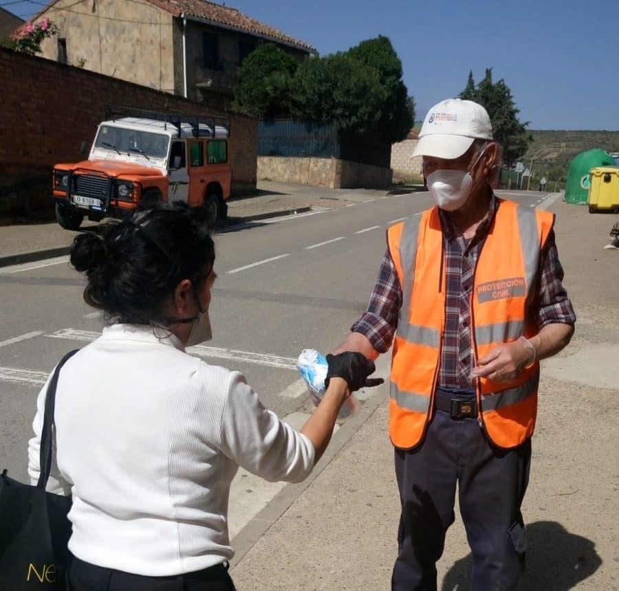 Protección Civil participa en el reparto de mascarillas en Haro y Nájera 6