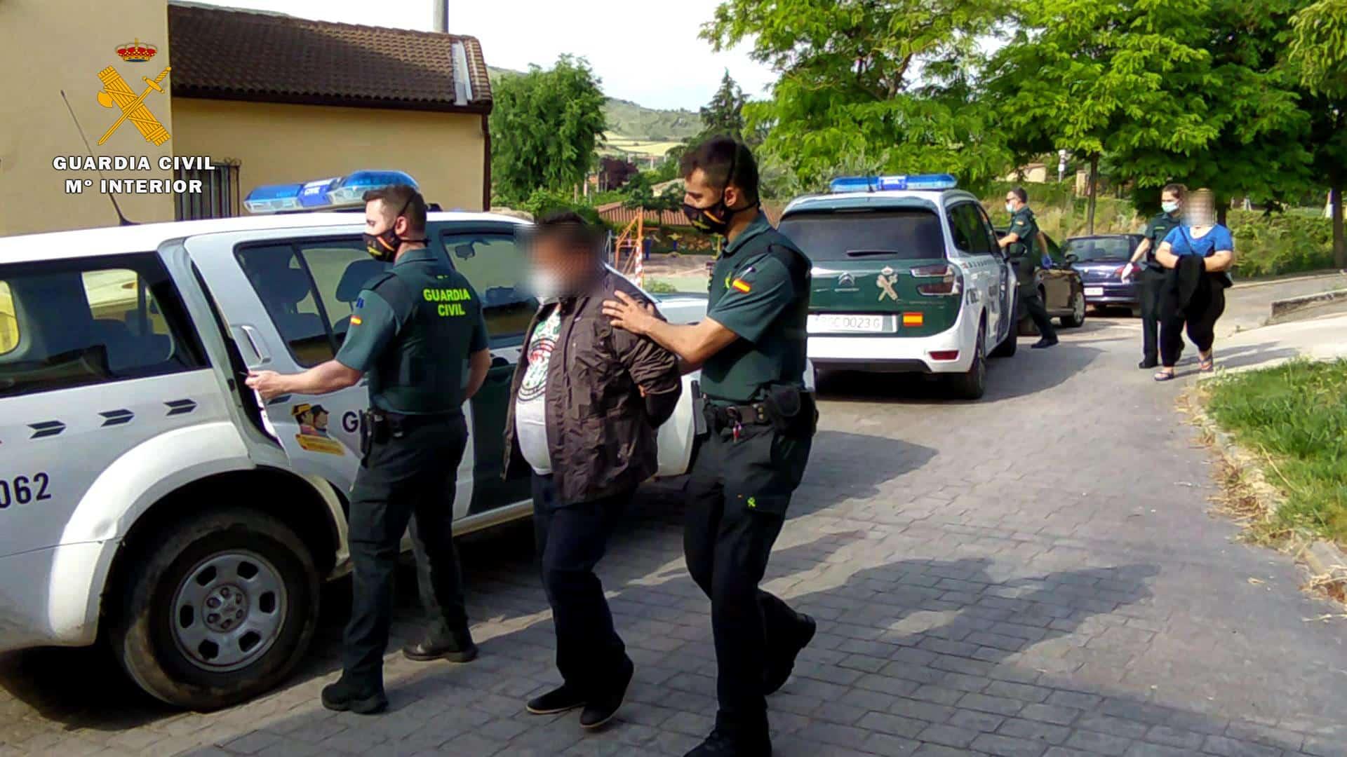 La Guardia Civil detiene en Hormilleja a dos personas por explotar a trabajadores en labores agrícolas 2
