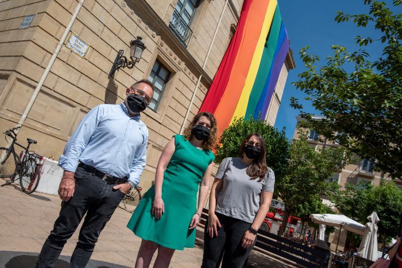 La Consejería de Participación celebra el Día del Orgullo con el despliegue de la bandera LGTBI 1