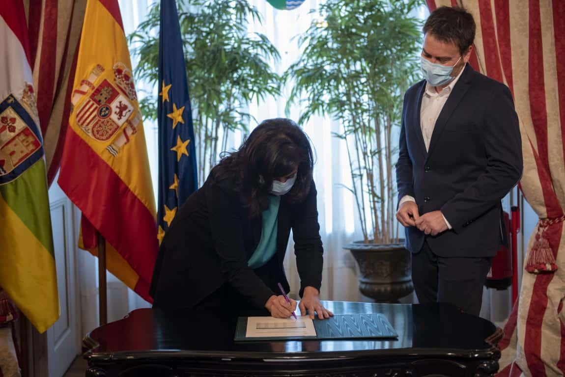 Ezcaray firma el convenio del Gobierno riojano con municipios de más de 2.000 habitantes 3