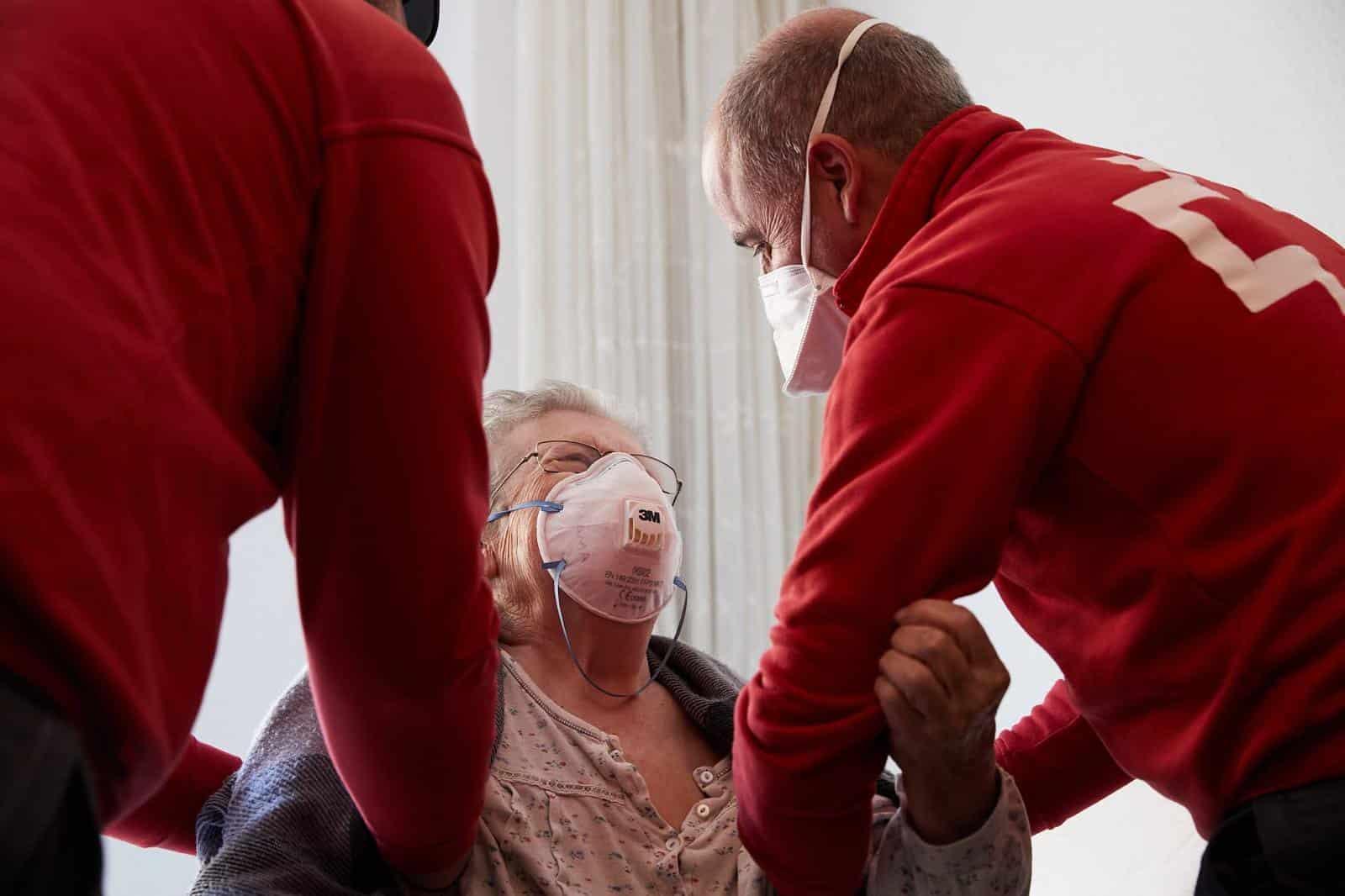 Cruz Roja atiende a una mujer
