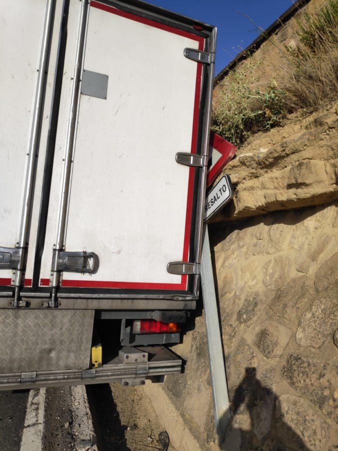 Un camión queda atrapado en una acequia en el acceso a Haro por el Barrio de la Estación 1