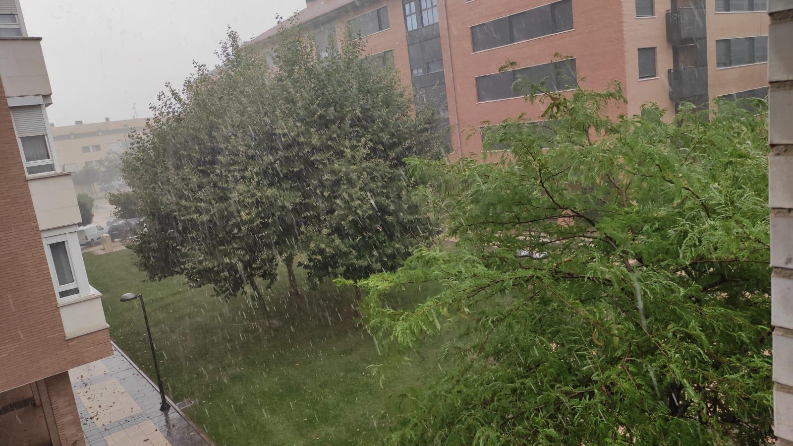 Una aparatosa tormenta deja varios destrozos en Haro 4