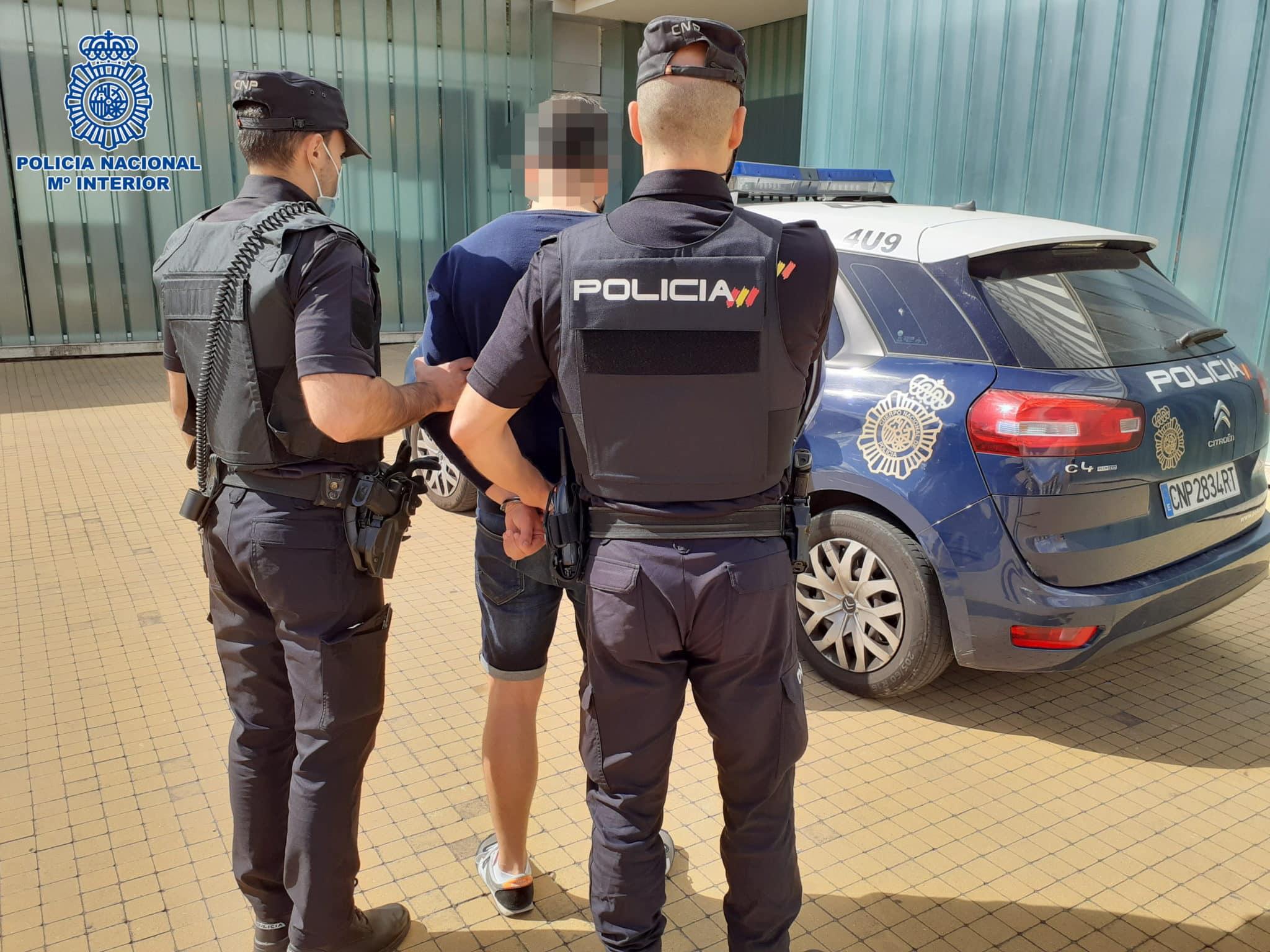 La Policía detiene a dos jóvenes por su participación en la venta de 30 joyas robadas 3