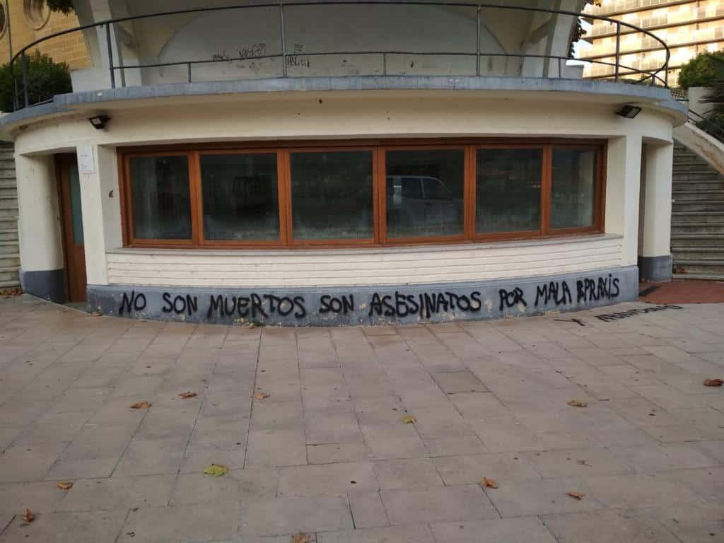El monumento a las víctimas en Haro amanece con pintadas 3