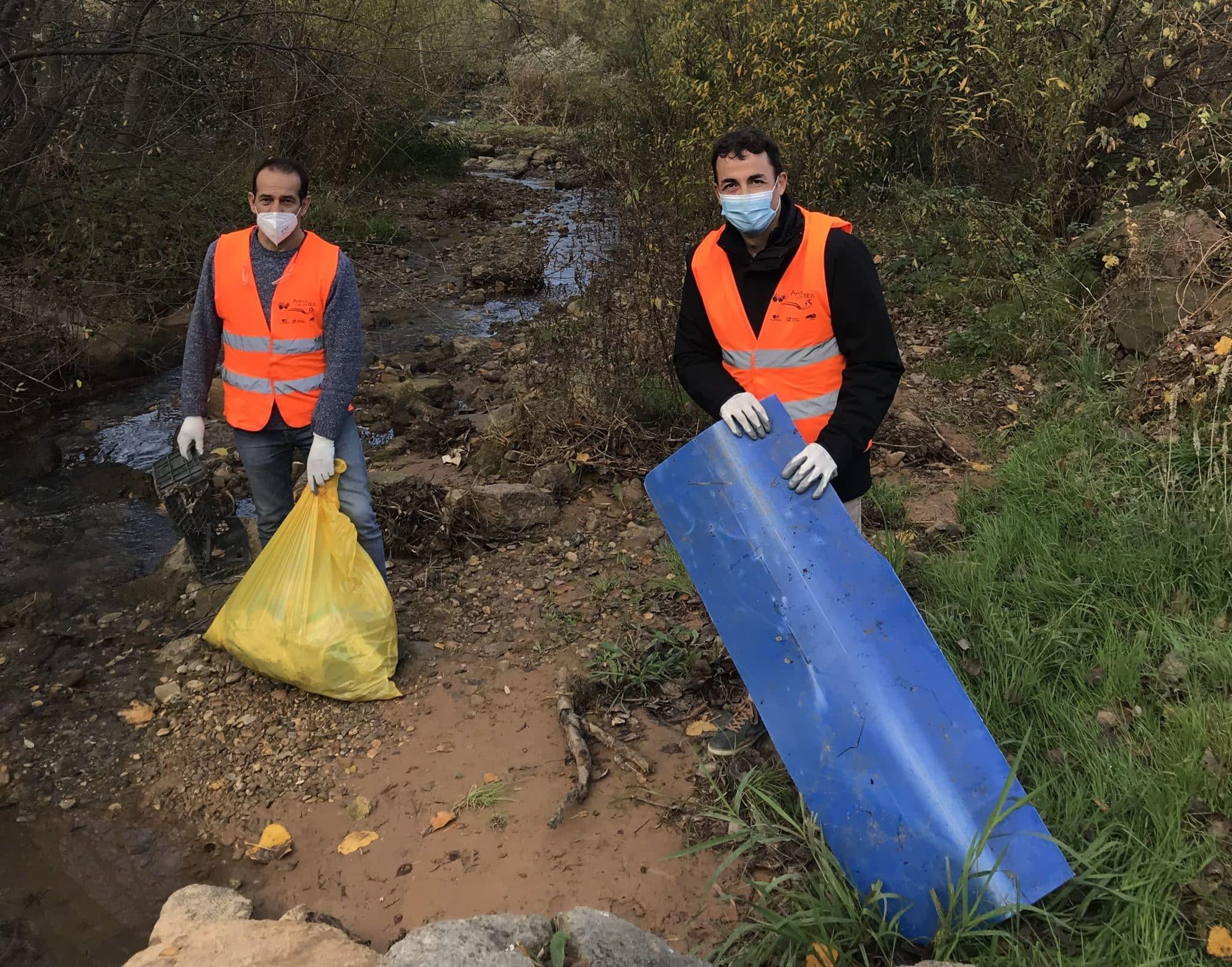 Alumnos de La Salle-La Estrella realizan labores de limpieza en el Ebro a su paso por Cenicero 1