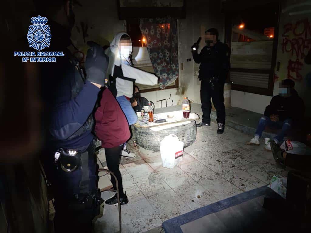La Policía Nacional disuelve una fiesta durante el toque de queda en una bodega en ruinas 2