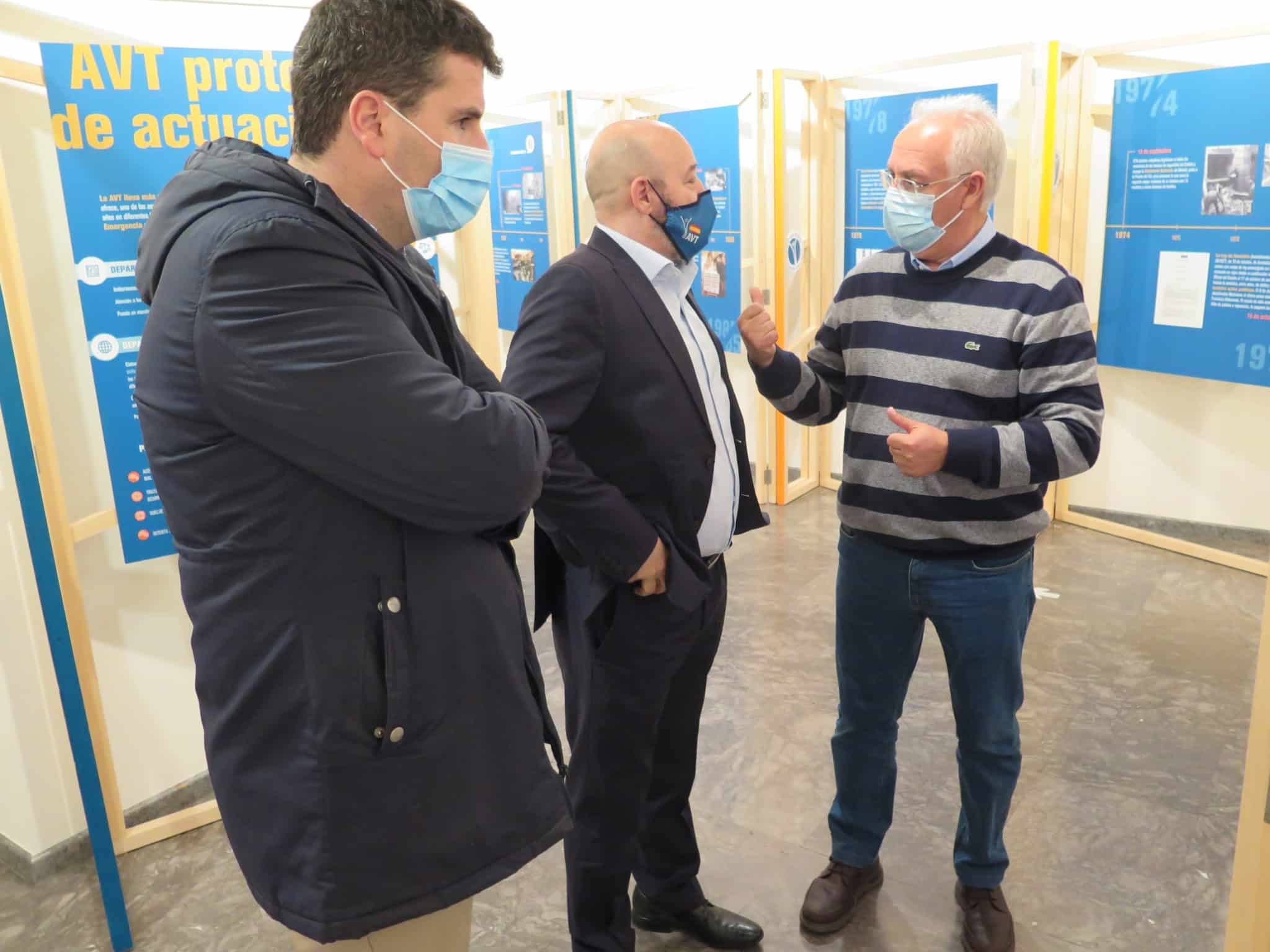 Ceniceros y Bengoa visitan la exposición 'Vivir sin miedo, vivir con memoria' organizada por la AVT 1